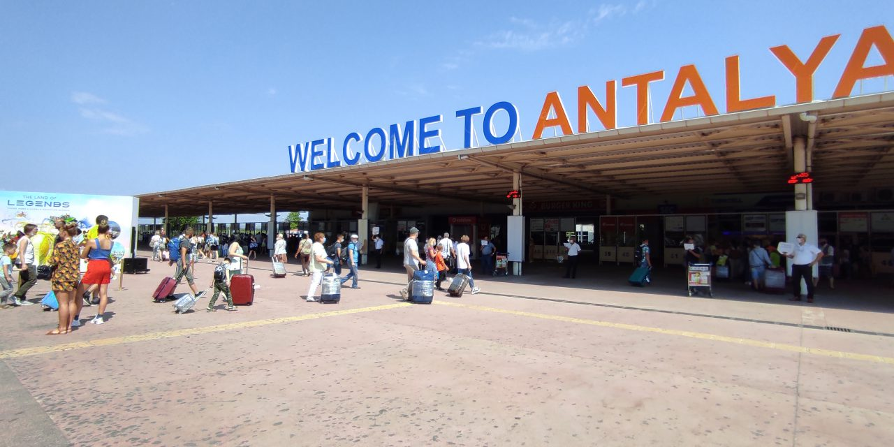Rusya'dan Antalya'ya ilk uçakla 519 yolcu geldi